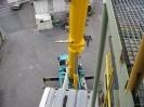 Der 120 t Autokran dreht um noch weitere Maschinenteile aus dem Gebäude zu heben