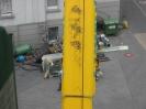 Ein 120 t Autokran hebt die Einzelnen Maschinenteile aus dem Gebäude