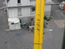Der 120 t Autokran legt die Maschinenteile vor dem Gebäude ab.